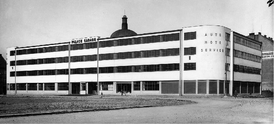 Historický snímek Novákovi garáže